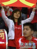 图文:[中超]河南VS山东 女球迷微笑