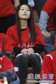 图文:[中超]河南VS山东 河南女球迷