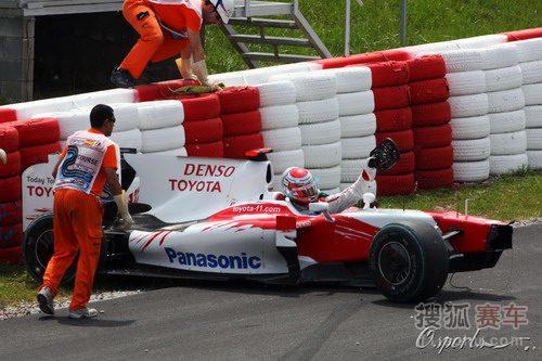 图文:F1西班牙大奖赛正赛 特鲁利摘下方向盘