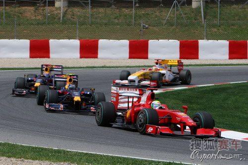 图文:F1西班牙大奖赛正赛 马萨被红牛赛车追赶