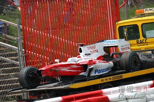 图文:F1西班牙大奖赛正赛 特鲁利的赛车被运走