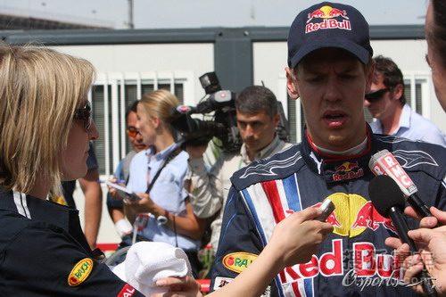 图文:F1西班牙大奖赛正赛 维特尔接受采访