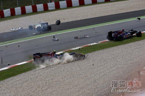 图文:F1西班牙大奖赛正赛 赛车碎片横飞