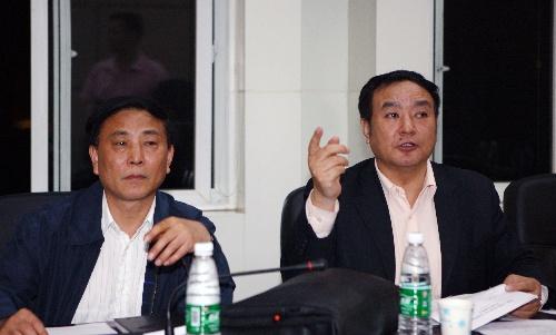 5月10日,四川省卫生厅副厅长王正荣(右)和颜丙约(左)在省卫生厅研究方案。 新华社记者 李颖 摄