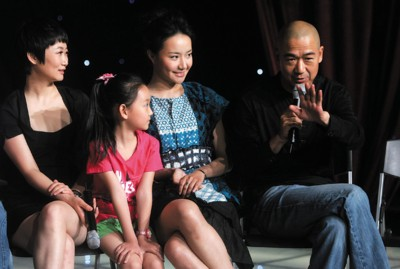 张国立及《大生活》主创在上海接受采访