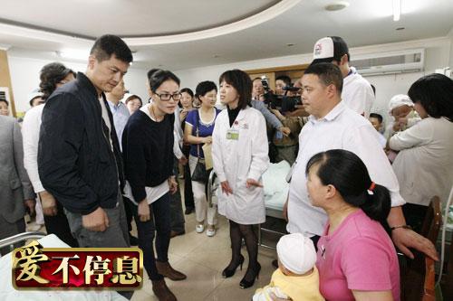 王菲李亚鹏看望嫣然天使基金救助过的孩子