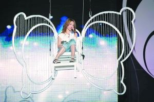 乘坐蝴蝶坐椅吊在空中,蔡依林大呼害怕