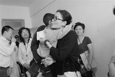王菲与小朋友亲密拥抱