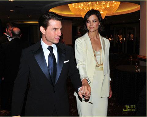 凯蒂穿着超高跟鞋俯视丈夫