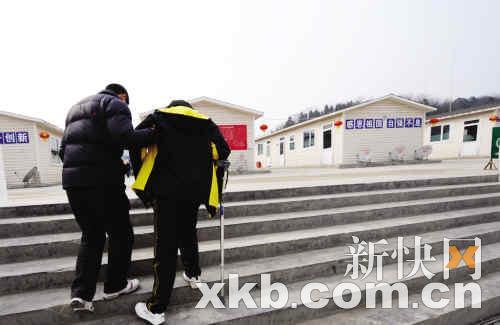 今年1月23日,因地震致残的北川中学学生在康复后回到学校。 新华社发