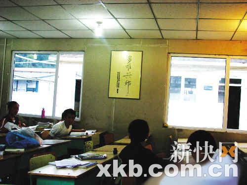 温总理的题字被挂在北川中学的每间教室里。