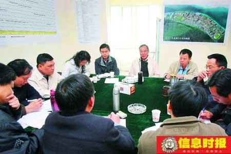 在广东援建干部的工作作风影响下,当地的乡、村干部开会时已不再迟到。专题摄影  信息时报特派记者 黄立科