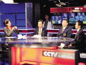 成应华(右二)参加央视节目