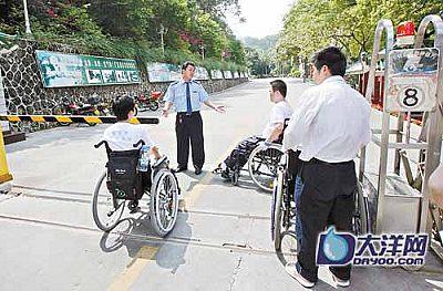 温泉宾馆保安禁止残疾人进入。
