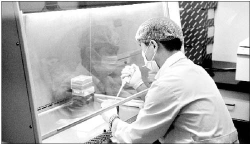 国家疾控中心病毒病预防控制所的研究人员正在提取病毒核酸