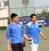 图文:[中超]申花赛前训练 王大雷笑得挺开心
