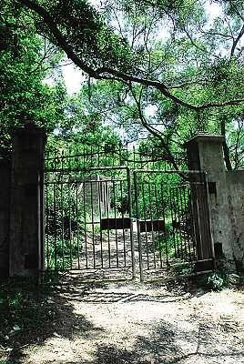 两扇大铁门封住了通往墓地的山道