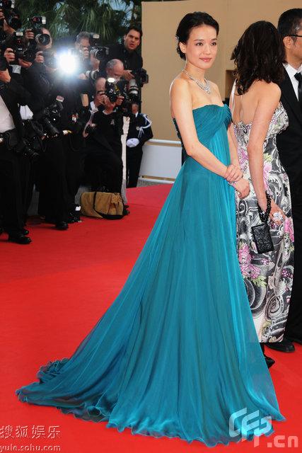 图:舒淇身穿蓝色晚装走红毯