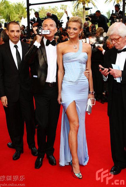 图:莎拉-玛莎高叉裙炫长腿与设计师携手走红毯