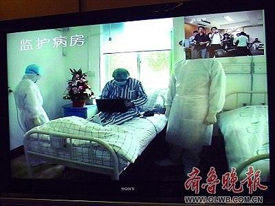通过视频可以看到患者正在病房内上网。本报记者 刘海鹏 摄