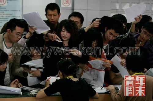 2009年5月4日,太原市人才市场内,学生赶来报名参加太原市2009年选聘优秀高校毕业生到村(社区)任职考试,现场一度失控。 ◎供图/仁者(CFP)