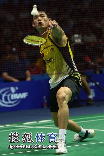图文:林丹2-1逆转取胜对手 林丹网前轻挑