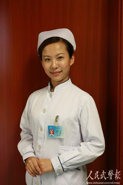 自信地点击多媒体课件进行护士职业礼仪理论分析和讲解,微笑着走下