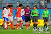 图文:[中超]广州1-1山东 李雷雷不满裁判