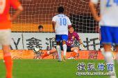 图文:[中超]广州1-1山东 李雷雷扑出点球