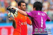 图文:[中超]广州1-1山东 李雷雷拥抱安塔尔