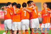 图文:[中超]广州1-1山东 鲁能庆祝