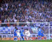 图文:[中超]天津1-1上海 队员与球迷庆祝