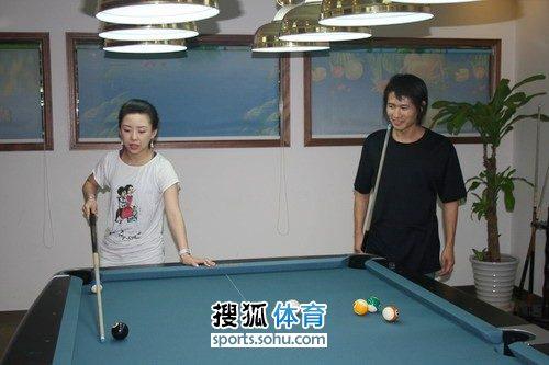 韩寒与潘晓婷打台球 公开训练课