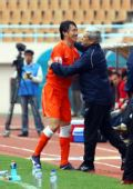 图文:[中超]青岛VS长春 曲波进球后桑尼送拥抱