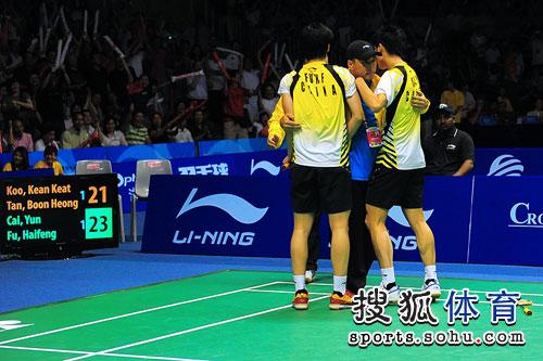 图文:男双蔡赟/傅海峰获胜 和教练拥抱庆祝