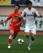 图文:[中超]青岛2-1长春 青岛郭亮与对手拼抢