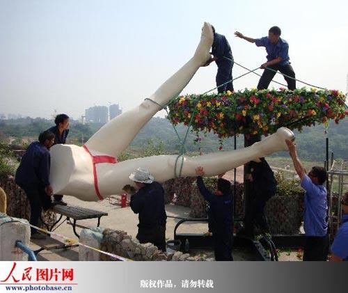 """重庆""""性公园""""五一试营业以来,每天接待游客超过1000人,因受到市民争议压力太大和未受到园林处的相关审批于当日下午3时许被拆除。"""