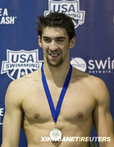 5月15日,美国选手菲尔普斯在男子100米蝶泳比赛颁奖仪式上。