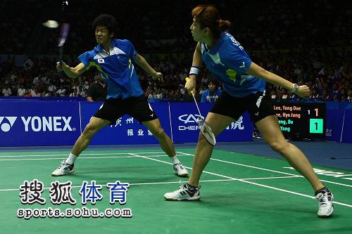 图文:苏杯决赛中韩混双对决 李龙大艰难回球