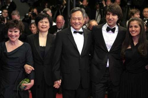 李安(中)与妻子(左二)、艾美达施当顿(左一)、Demetri Martin(右二)和Emile Hirsch齐出席首映礼
