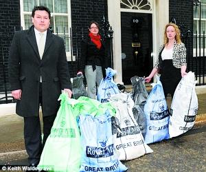 2009年4月,英国民众将抗议议员滥用公款的邮件送到唐宁街10号。