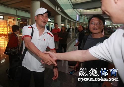 图文:苏杯中国羽毛球队凯旋 李永波接受祝贺