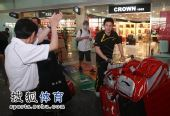 图文:苏杯中国羽毛球队凯旋 郭振东的行李不少