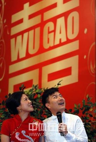 图文:高崚武汉再摆婚宴 夫妻步调一致