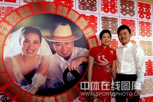 图文:高崚武汉再摆婚宴 照片旁合影