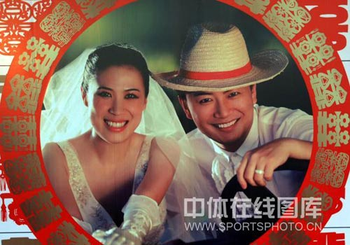 图文:高崚武汉再摆婚宴 甜蜜婚纱照