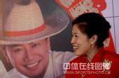 图文:高��武汉再摆婚宴 笑看老公照片