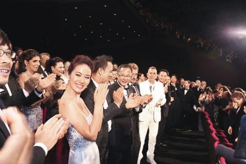 《复仇》众演员叶璇、任达华及导演杜琪峰等一同看首映,全场站立拍掌。