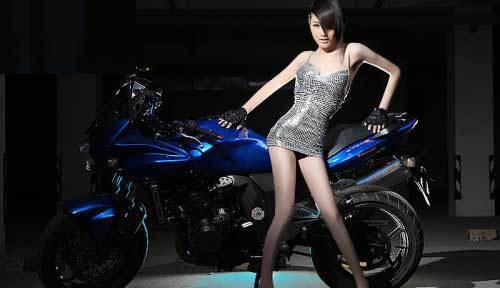 暗夜中的致命诱惑 机车美女模特激情勃发 搜狐汽车