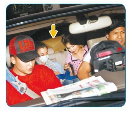 黑人(右起)载范范和张柏芝弟弟回家,张柏芝(箭头处)躲在后座拿纸箱遮头